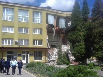 Уколеджі вКоломиї обрушився фасад, ніхто непостраждав