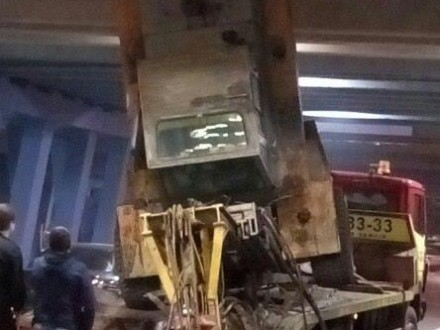 Евакуатор протаранив відремонтований міст біля станції метро «Лівобережна»