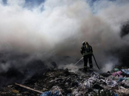 Уселі Нові Петрівці під Києвом горить сміттєзвалище