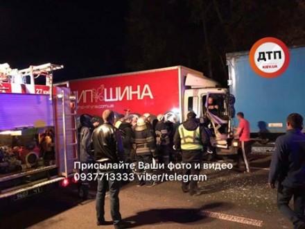 ДТП в Києві: зіткнулись 2 вантажівки