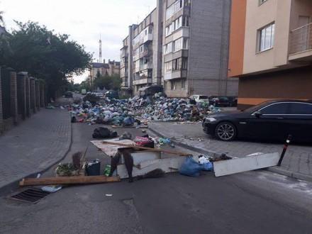 УЛьвові жителі збудували надорозі барикаду із сміття