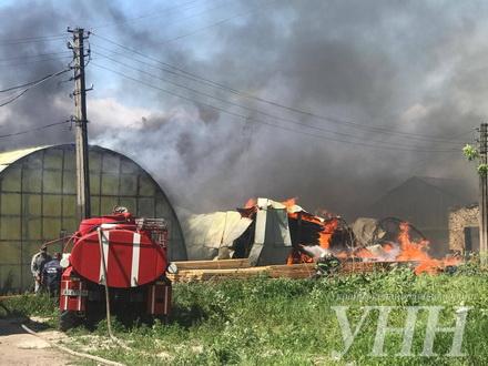 НаКиївщині горять склади