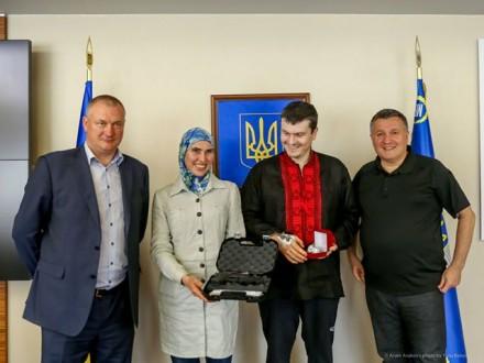 Аваков подарував Осмаєву годинник, аОкуєвій— пістолет побільше