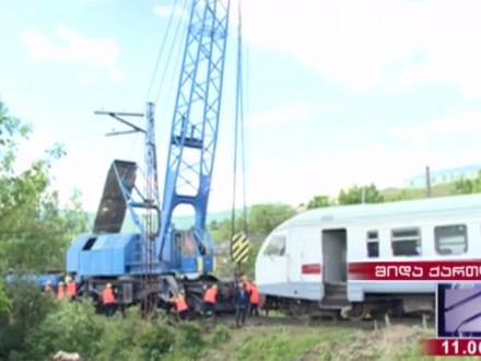 УГрузії потяг зіткнувся звантажівкою і зійшов із рейок