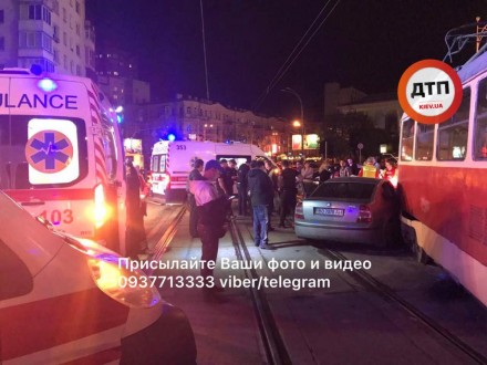 Уцентрі Києва трамвай зійшов зрейок після зіткнення завто нардепа