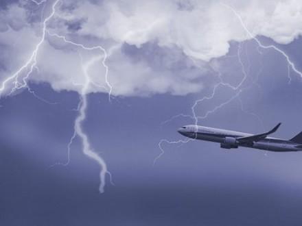 У турецький літак влучила блискавка