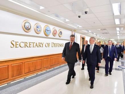 Порошенко зустрівся з міністром оборони США: стало відомо, про щоговорили