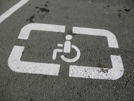 Завтра почнуть діяти нові штрафи запаркування на місцях для інвалідів