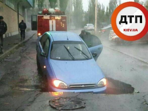 ВКиеве авто провалилось под асфальт