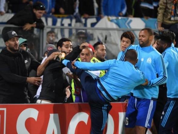 Футболіст «Марселя» побив фаната свого клубу допочатку матчу