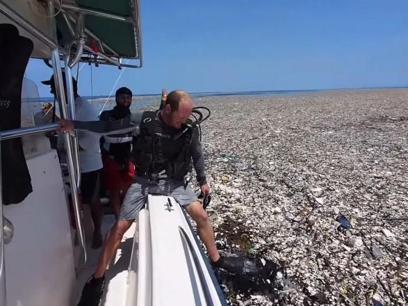 """Посеред Карибського моря знайшли гігантський """"сміттєвий острів"""""""