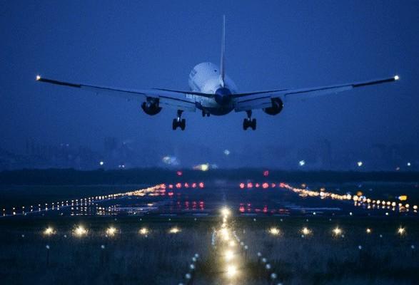 Самолет без переднего шасси сел вБелфасте