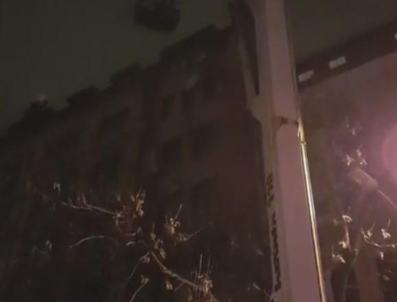 Уцентрі Києва масштабна пожежа охопила житловий будинок: опубліковані фото і відео