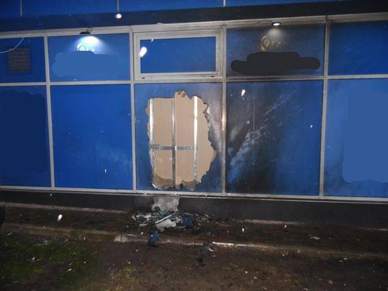 У Рівному намагалися спалити гральний заклад на вулиці Корольова. О пів на  другу ночі невідомі кинули запалювальну суміш у вікно a75df7724a698