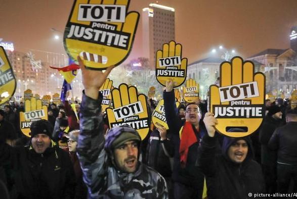 Тысячи румын вышли напротест против коррупции вБухаресте