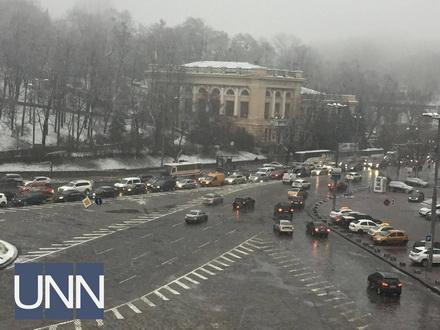 У Києві через мокрий сніг утворилися затори
