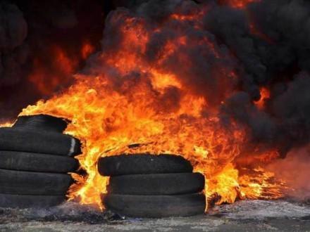 Невідомі підпалили шини убудинку соратника Януковича: опубліковано фото