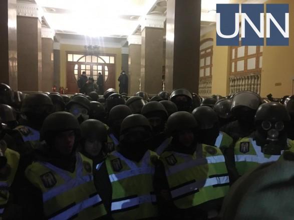 Внаслідок сутичок біля Жовтневого палацу постраждали правоохоронці