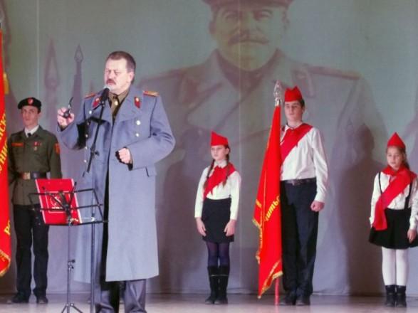 Вокупованому Севастополі комуністи прийняли дітей у піонери і заспівали «Поверніть Сталіна»