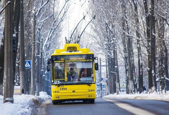 Під час новорічних та різдвяних свят міський пасажирський транспорт Києва  працюватиме безперебійно. Про це під час засідання оперативного штабу з  питань ... 074ce396d5895