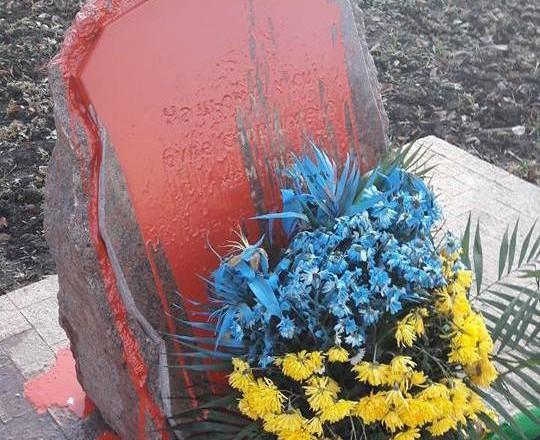 ВОдессе вандалы залили красной краской монумент погибшим солдатам АТО