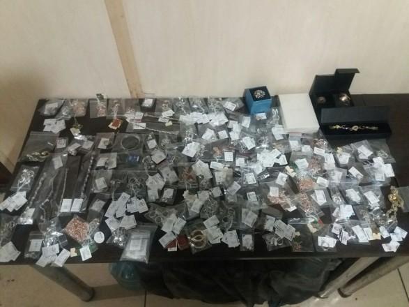 Жінка намагалася ввезти на окупований Донбас коштовностей на 200 тис. грн