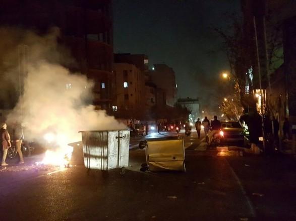 Протестующий открыл огонь по милиции вИране