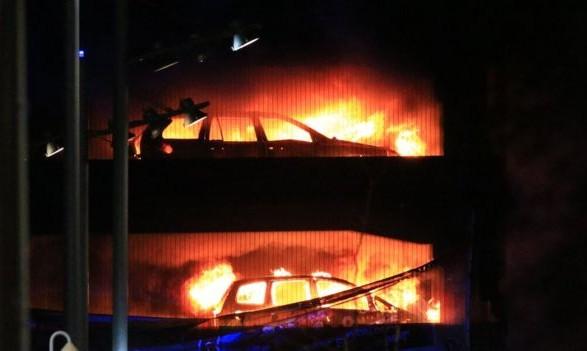 З'явилися нові фото з місця масштабної пожежі напарковці в Ліверпулі