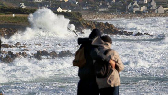 В40 департаментах объявлено «оранжевый» уровень опасности— шторм воФранции