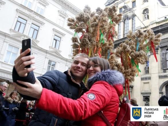 Сьогодні у Львові відбулися урочистості із винесення та встановлення  Різдвяного Дідуха 9a7fd5d6e148f