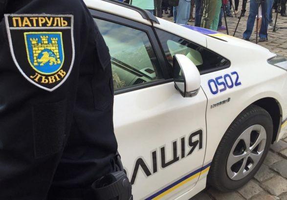 Жінка з ознаками наркотичного сп'яніння провезла патрульного півкілометра на капоті авто