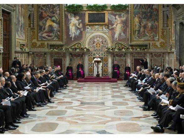 Папа Франциск дозволив годувати грудьми у Сікстинській капелі
