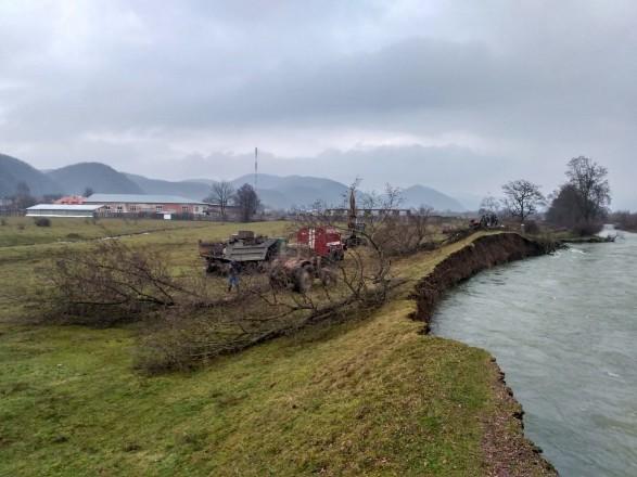 На Закарпатті почали відновлювати пошкоджені паводком дамби