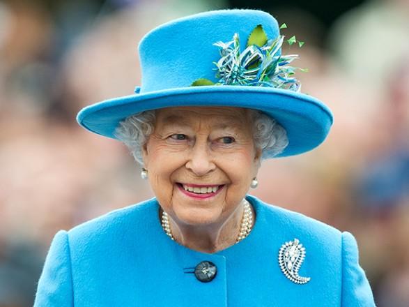 Букингемский дворец расторг договор с поставщиком нижнего белья для  королевы из-за якобы разглашение деталей бюстгальтера Елизаветы II. c266a9720cf