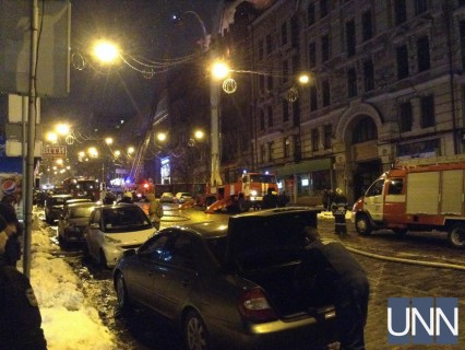 Масштабна пожежа у центрі Києва: людей із сусідніх будинків евакуювали