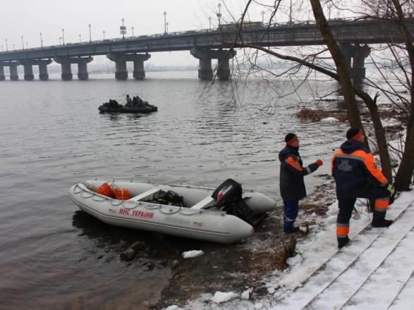 УКиєві водолази шукають тіло іноземної студентки, котра стрибнула змосту
