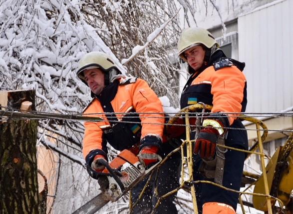 Снігопади вУкраїні: без світла залишилися 97 населених пунктів
