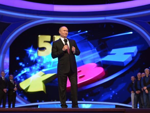 Путин пришел насезонную игру КВН впервые за14 лет