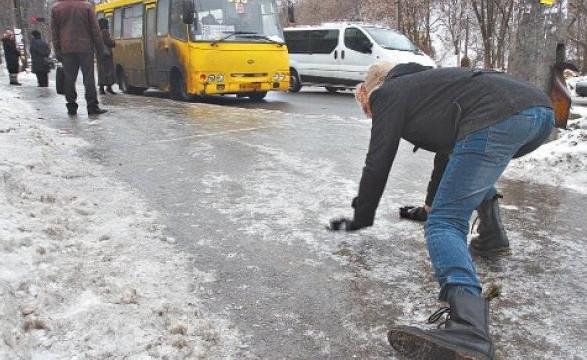 Поліція попереджає водіїв про ускладнення погодних умов на Прикарпатті