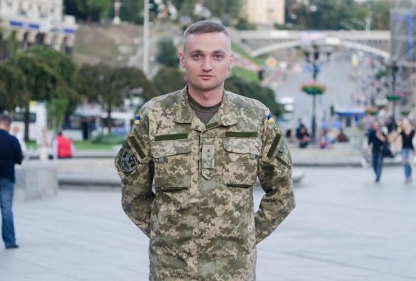 Сотні людей стали на коліна: у Миколаєві попрощались із льотчиком Владиславом Волошиним