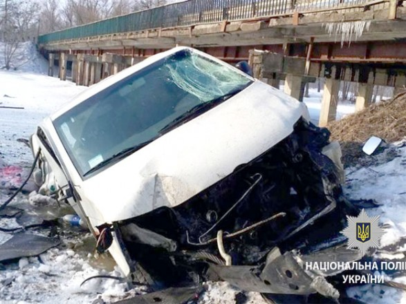 На Зіньківщині мікроавтобус з'їхав змосту тавпав у річку