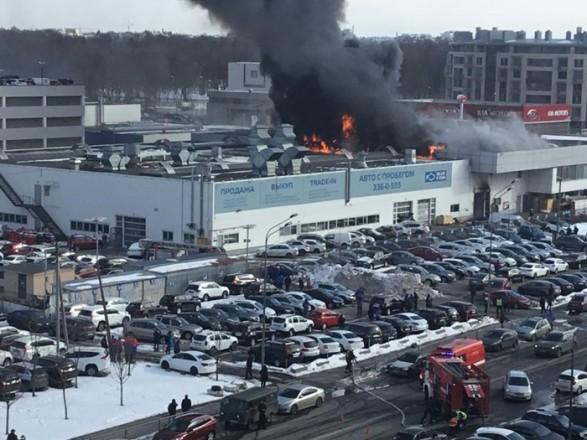 """У Петербурзі загорівся автосалон """"Hyundai"""", евакуювали 100 осіб"""