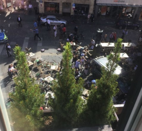 У Німеччині вантажівка врізалася унатовп людей: є загиблі і поранені