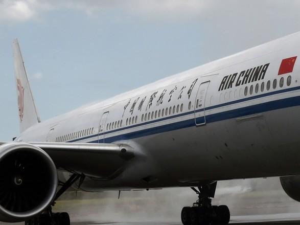 Літак Air China здійснив екстрену посадку через напад настюарда