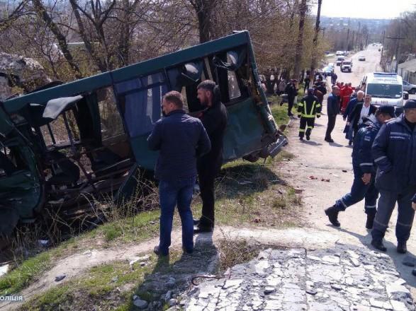 Масштабна ДТП наЛуганщині: внаслідок зіткнення вантажівки змаршруткою постраждали 10 осіб