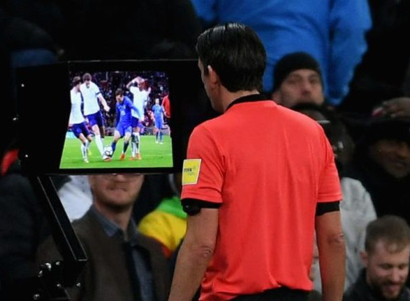 На футбольном чемпионате мира 2018 года в России болельщики на стадионах  смогут наблюдать видеоповторы спорных эпизодов на экранах арен с помощью  системы ... 4bfd51e9b91
