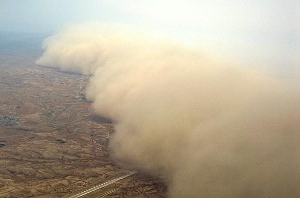 Вирвало дерева і сплюснуло будинки: в Індії буря вбила десятки осіб