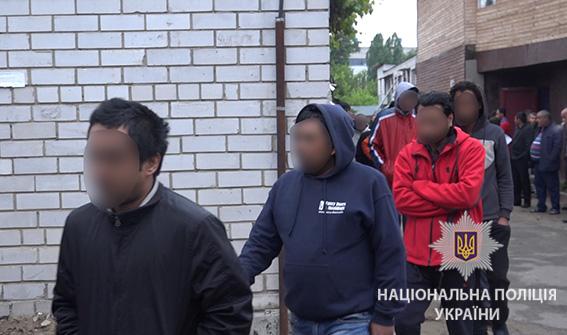 У Києві поліція під час рейду затримала 32 нелегальних мігрантів із Азії 833cea86feec4