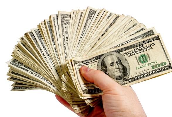 Експерт: гроші, надіслані в Україну заробітчанами, швидко повертаються за кордон
