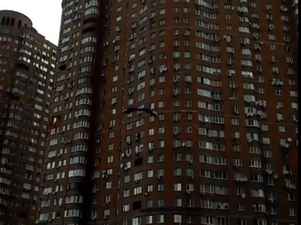 КИЇВ. 23 травня. УНН. У столичному житловому масиві Позняки ексремал з  парашутом стрибнув з багатоповерхового будинку 1194b58eecc91